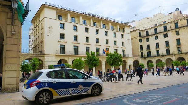 Imagen de la Audiencia de Alicante, donde se juzgará al padre de la menor el próximo jueves
