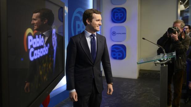 Pablo Casado, junto al primer cartel electoral de la precampaña del Partido Popular