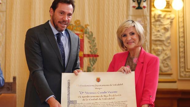 La doctora Verónica Casado recibe de manos del alcalde, Óscar Puente, el título de Hija Predilecta de Valladolid