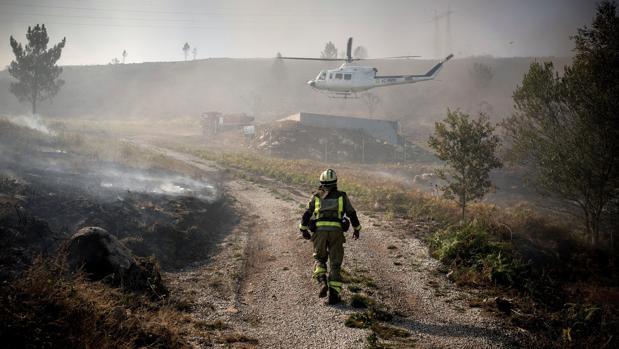 Brigadista en un incendio en Orense