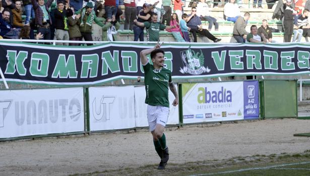 Iván Bueno celebra el primer gol del Toledo