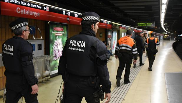 Efectivos de la Guardia Urbana y de seguridad privada, en Barcelona