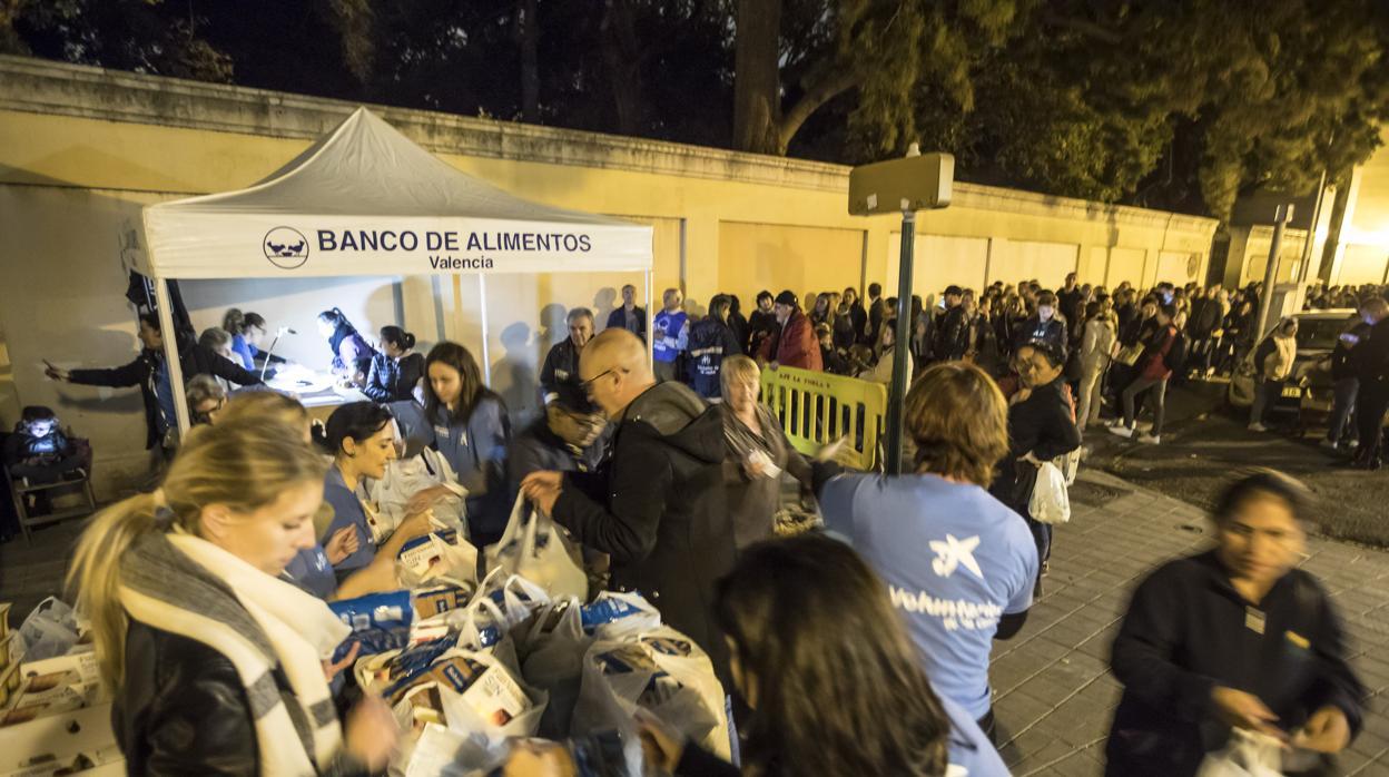 El Banco de Alimentos de Valencia reparte comida a mil familias en pleno viaje de Ribó a Nueva York