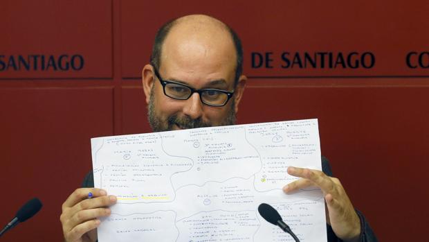 El alcalde de Santiago, Martiño Noriega, en una rueda de prensa ofrecida en 2017 sobre los cambios en su gobierno