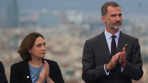 El Rey Don Felipe y la alcaldesa de Barcelona
