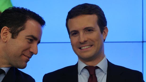 El líder del PP, Pablo Casado (dcha), junto a Teodoro García Egea