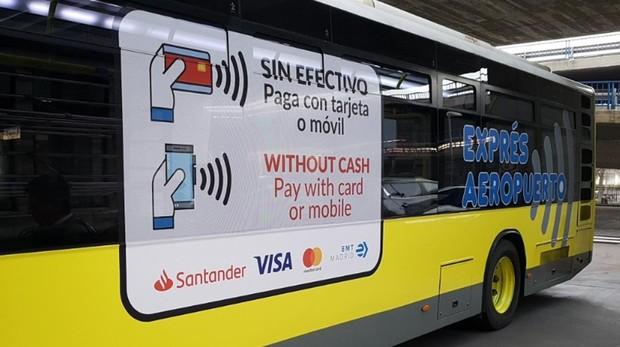 Un autobús exprés del aeropuerto promociona el nuevo método de pago