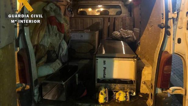 Electrodomésticos cargados en la furgoneta