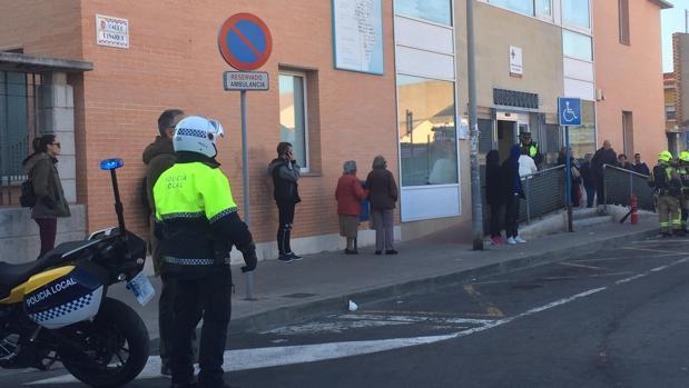 Los agentes de Policía y Bomberos en el centro de salud de Alicante en el momento del desalojo