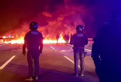 Agentes de los Mossos ante las barricadas de los CDR