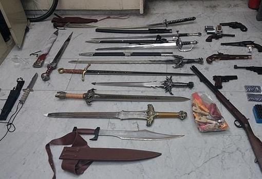 Arsenal de armas incautado a un grupo de pandilleros