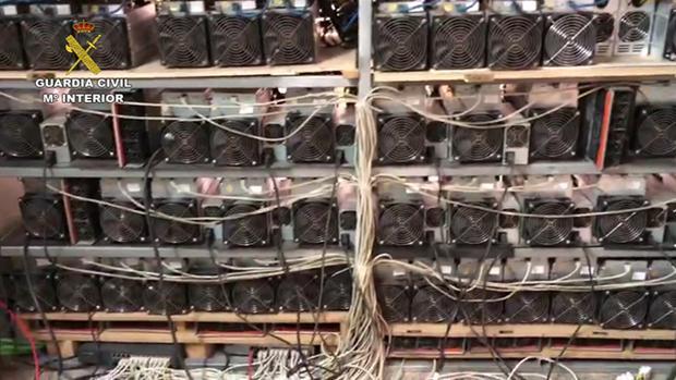 Equipos infomáticos del entramado alimentado por un enganche ilegal a la red eléctrica