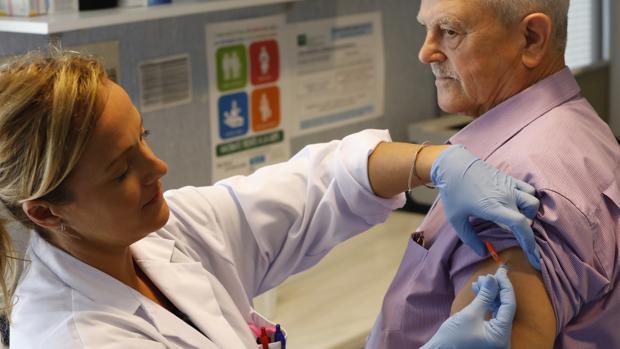 Un paciente recibiendo la vacuna de la gripe