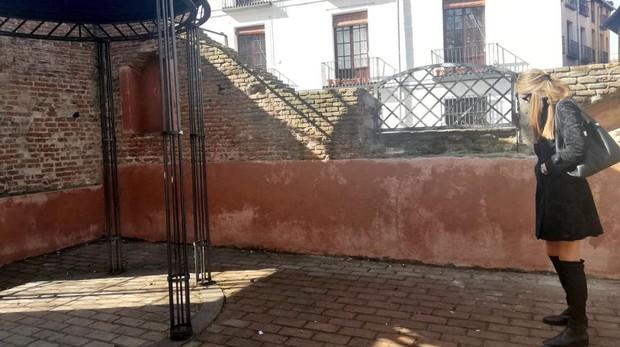 La concejal socialista, Mar Espinar, comprueba ayer que el muro ya está limpio de los grafitis