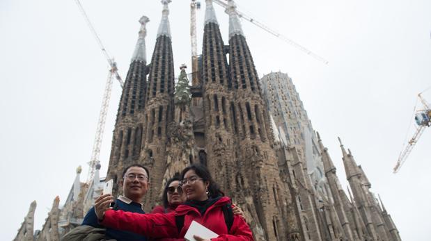 Un grupo de turistas se hace una foto frente a la Sagrada Familia