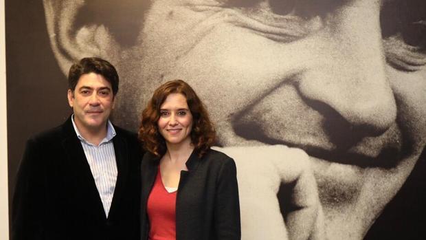 David Pérez y Díaz Ayuso, ante un retrato de Adolfo Suárez