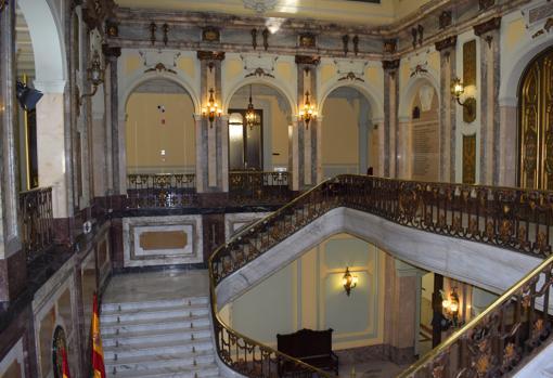 Escalera principal del palacio que llega a la sala de plenos
