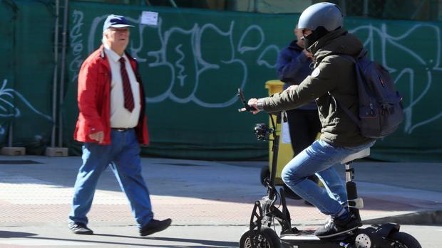 Un patinete eléctrico circula por Madrid, en una fotografía de archivo