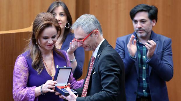 Silvia Clemente hizo entrega el año pasado de la Medalla de Oro de las Cortes a la Universidad de Salamanca