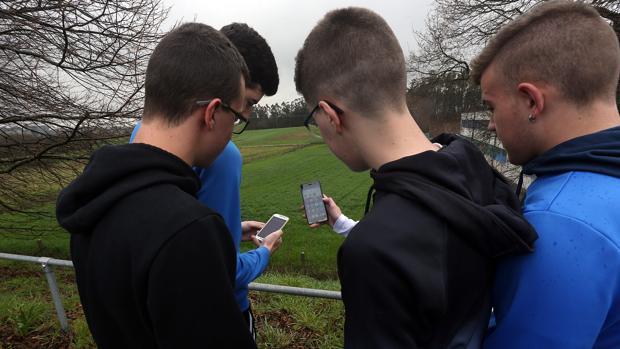 Un grupo de menores en Galicia, con sus dispositivos móviles