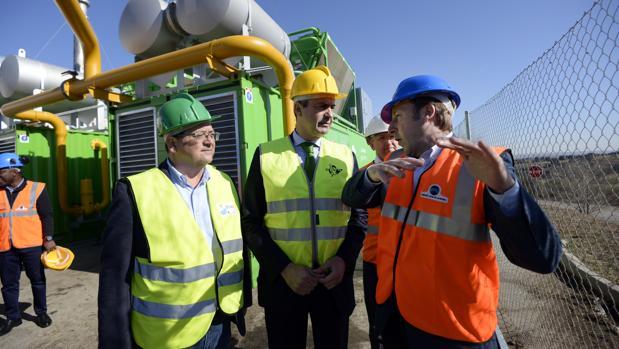 Tomás Villarrubia y Álvaro Gutiérrez durante una visita a la planta de biogás