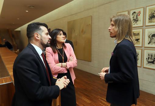 Pablo Fernández (Podemos) conversa con los socialistas Tudanca y Ana Sánchez