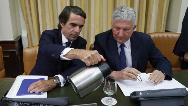 El expresidente del Gobierno José María Aznar junto al presidente de la Comisión de Investigación presunta financiación ilegal del Partido Popular