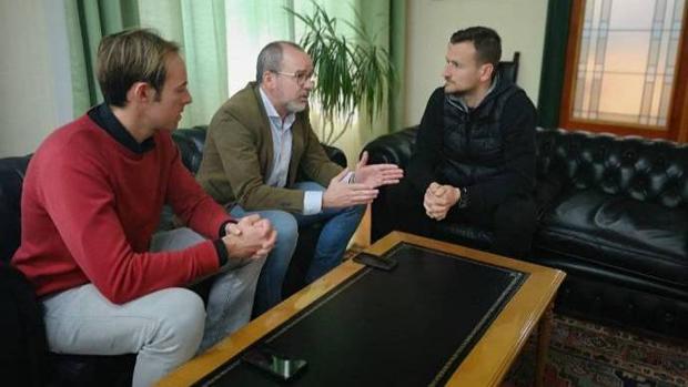 Alfonso (a la derecha), en una reciente reunión con el alcalde, Alberto González (en el centro), y en presencia de su hermano Alfonso