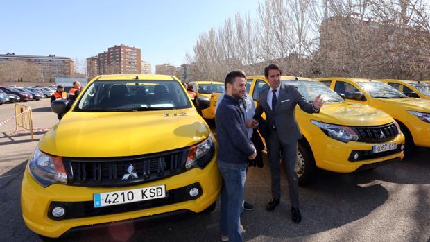 El consejero de Fomento y Medio Ambiente, Juan Carlos Suárez-Quiñones, entrega vehículos de Protección Oficial a nueve ayuntamientos de la Comunidad