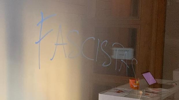 Una de las pintadas amenazantes en la sede pamplonesa de Ciudadanos