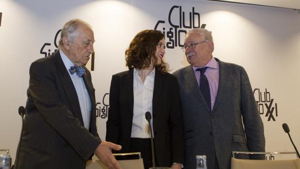 Díaz Ayuso y Joaquín Leguina, junto al director del Club Siglo XXI, Inocencio Arias