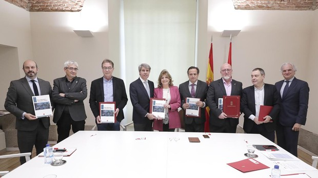Garrido con los agentes sociales, tras la firma del Plan de Industria para Madrid