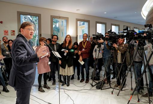 El jefe del Consell, en los pasillos de las Cortes tras la sesión de control