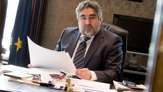 El delegado del Gobierno en su despacho durante la entrevista