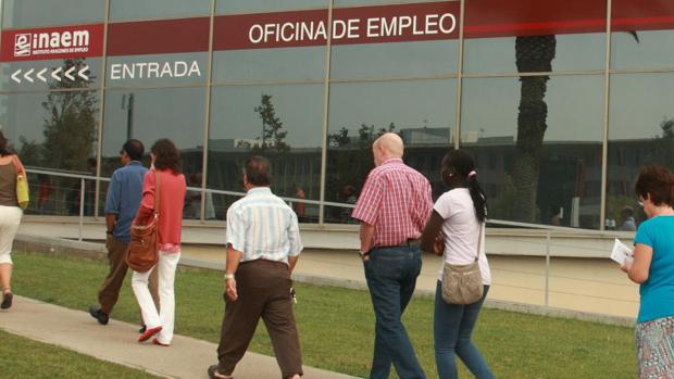 El paro registrado se redujo el mes pasado en casi 2.100 personas en Aragón