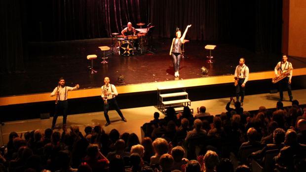 Un momento de la representación de «Vents de Broadway by Púrpura Pansa» en el Auditori Teulada Moraira
