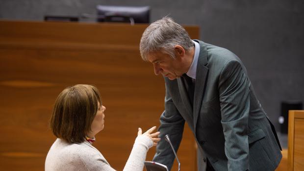 La presidenta del Gobierno de Navarra Uxue Barkos (i) charla con Koldo Martínez (d) este jueves al inicio del pleno