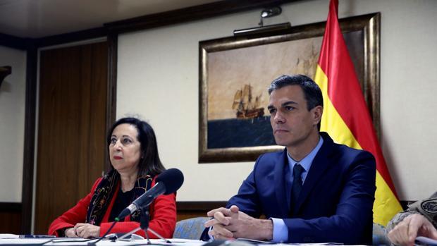 Sánchez, junto a la ministra Margarita Robles en una imagen de archivo