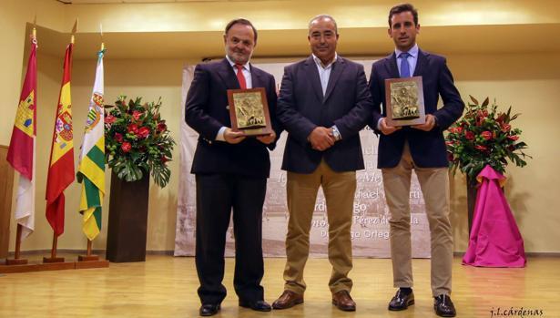 Pepe Luis Vargas y Juan Ortega con Jesús Hijosa, alcalde de Villaseca