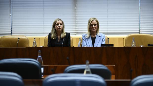 Cristina Cifuentes, junto a su abogada, frente a los escaños vacíos que suelen ocupar los diputados del PP en las comisiones