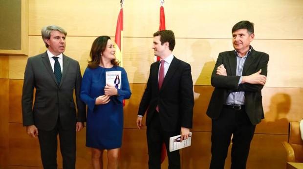 El presidente del PP, Pablo Casado, y el presidente de la Comunidad de Madrid, Ángel Garrido, en la presentación del libro de Edurne Uriarte