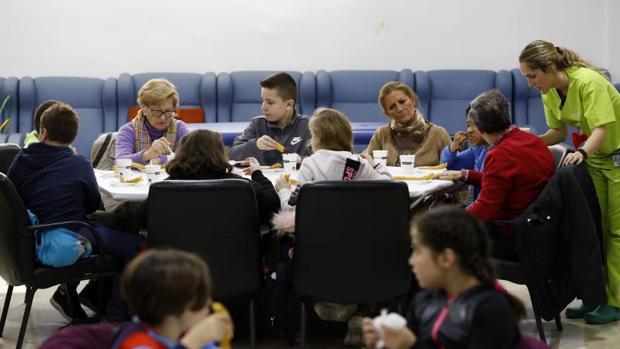 Visita escolar a una asociación de atención a enfermos de Alzheimer