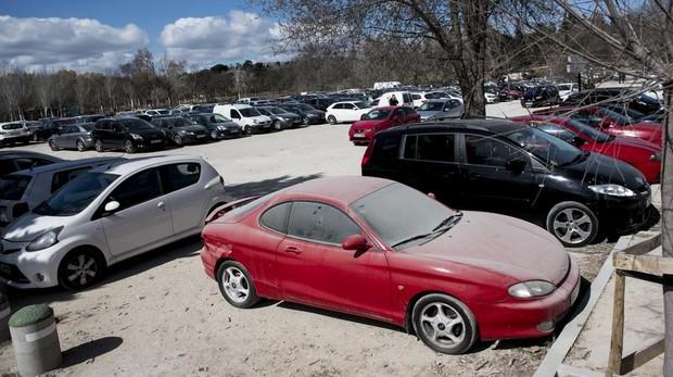 Coches estacionados en la Casa de Campo, algunos abandonados