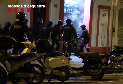 Entrada de los Mossos en la sede del grupo en TarragonaR