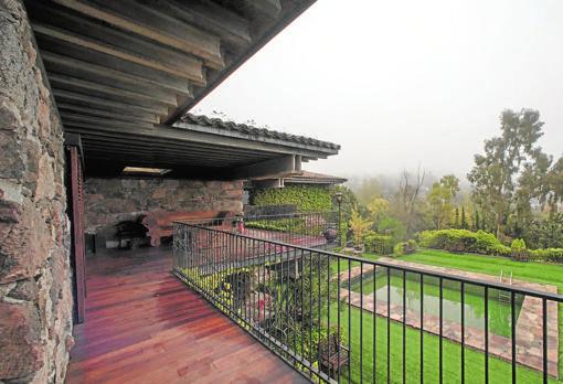 La casa de Lucio Muños está situada en Torrelodones y fue construida en 1962 por el arquitecto madrileño Fernando Higueras Díaz, por encargo de sus primeros propietarios, los pintores Lucio Muñoz y su mujer Amalia Avia