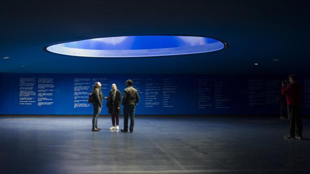Varios visitantes, en el interior del monumento del 11-M