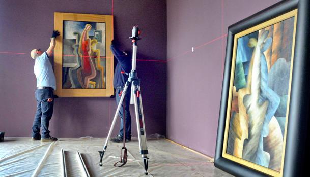 Montaje de las obras en las salas del Convento de Santa Fe