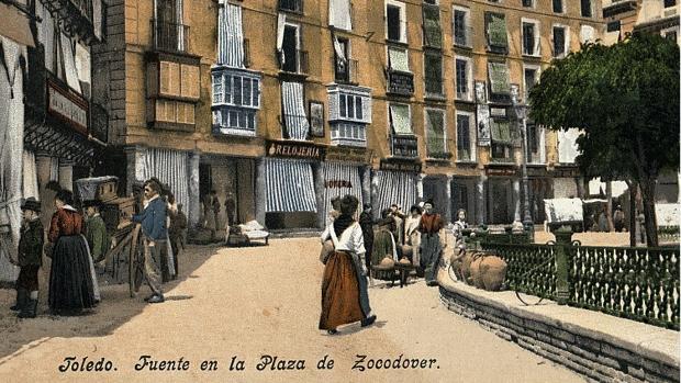 Postal editada en 1903 por «Purger & Co» mostrando una vista de la esquina de la plaza de Zocodover con la calle de Barrio Rey, donde abría sus puertas la taberna regentada por Mauricia Bargueño (Foto, Archivo Municipal de Toledo