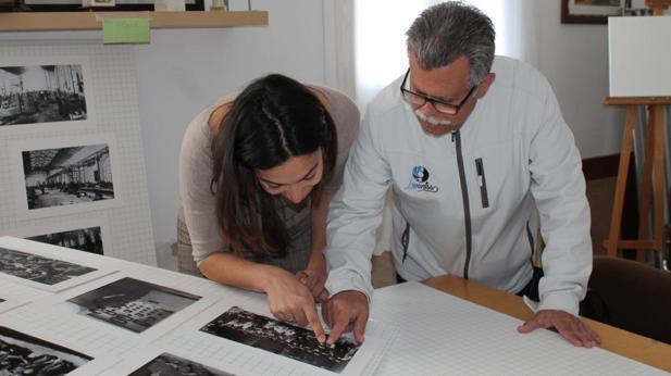 Claudia Alonso reconoció a sus famiilares en las fotografías que le mostraron durante su visita a la asociación de vecinos «Azumel»