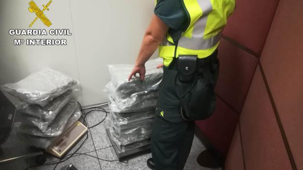Un agente de la Guardia Civil en una intervención de drogas